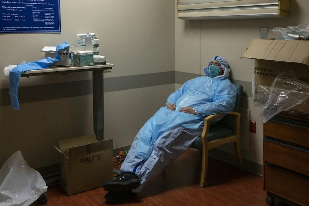 Những bức ảnh xúc động về đội ngũ y tế trong cuộc chiến chống COVID-19 năm 2020 Ảnh 18