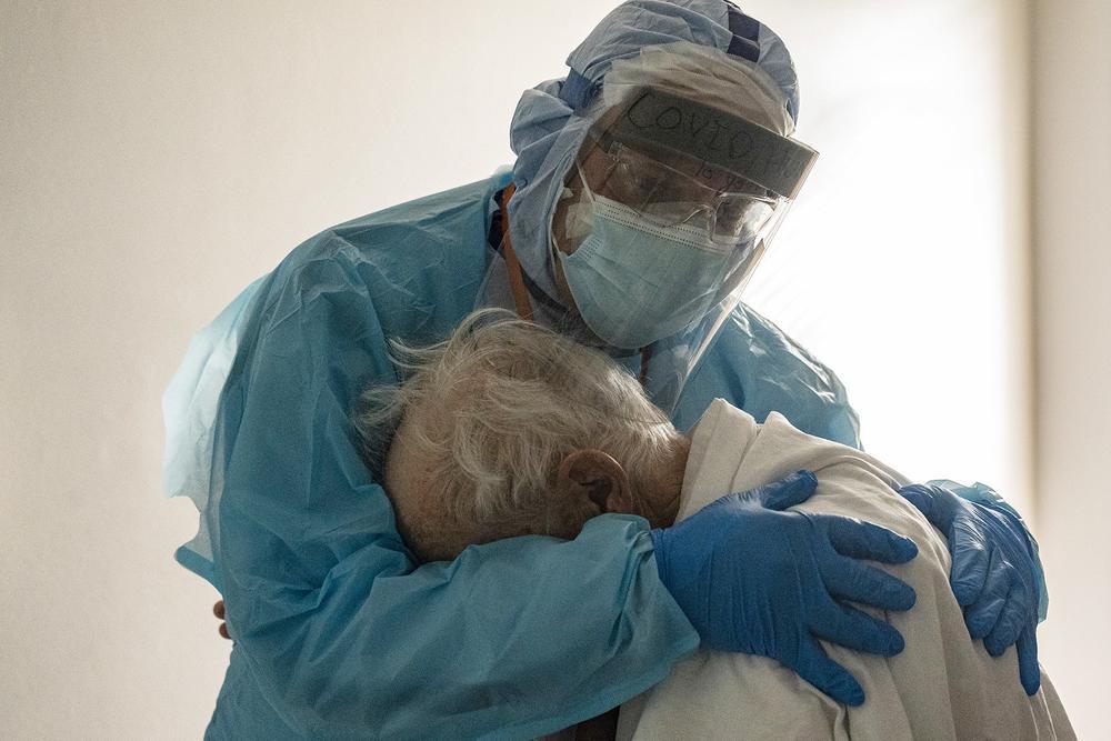 Những bức ảnh xúc động về đội ngũ y tế trong cuộc chiến chống COVID-19 năm 2020 Ảnh 19