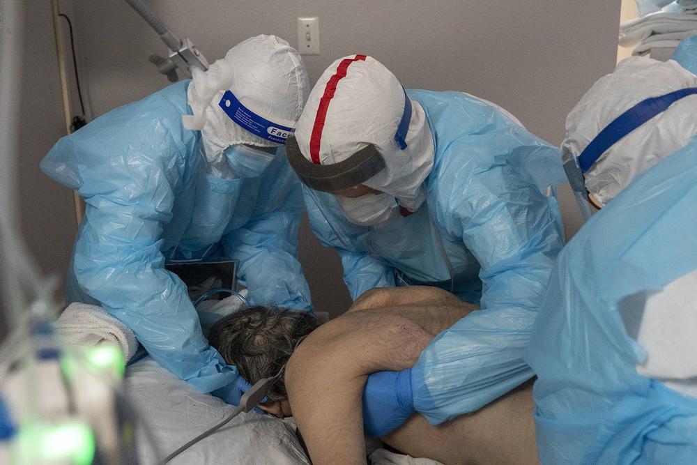 Những bức ảnh xúc động về đội ngũ y tế trong cuộc chiến chống COVID-19 năm 2020 Ảnh 17