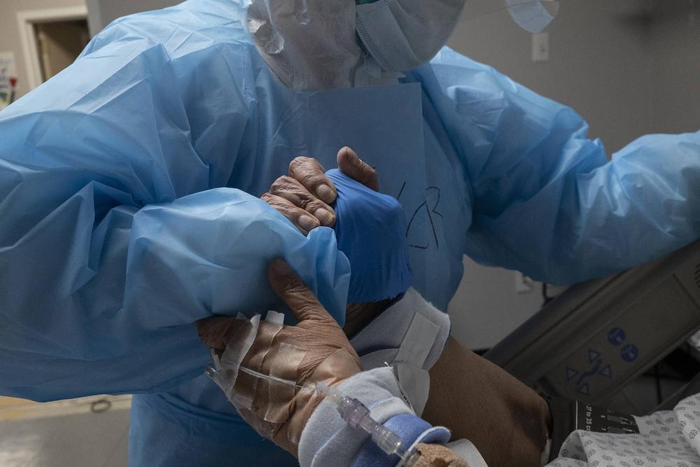 Những bức ảnh xúc động về đội ngũ y tế trong cuộc chiến chống COVID-19 năm 2020 Ảnh 16
