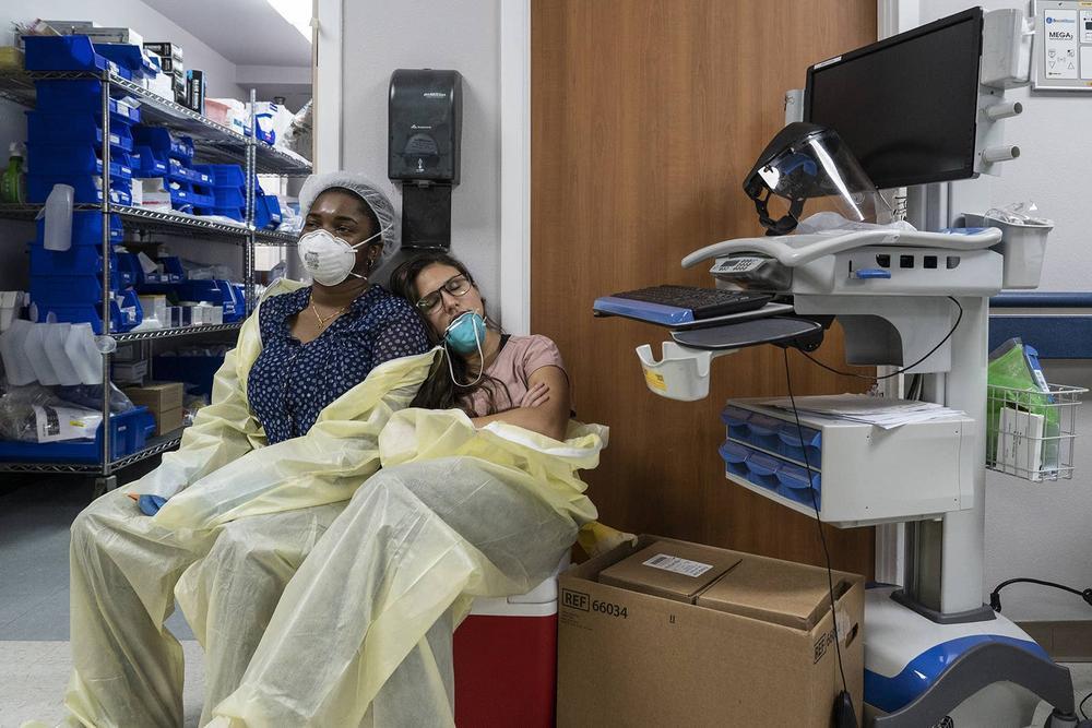Những bức ảnh xúc động về đội ngũ y tế trong cuộc chiến chống COVID-19 năm 2020 Ảnh 15