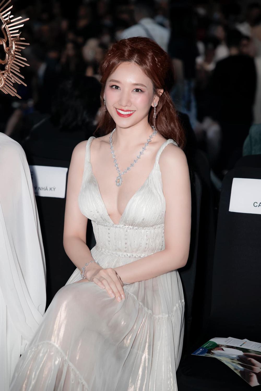 Hari Won mặc đầm trắng gợi cảm tột độ, hạnh phúc rạng ngời bên Trấn Thành Ảnh 6
