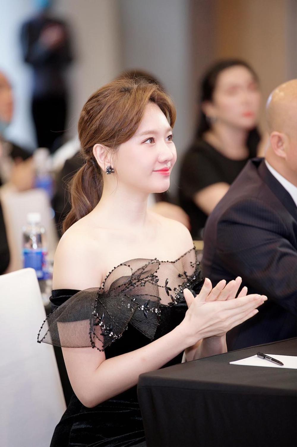 Hari Won mặc đầm trắng gợi cảm tột độ, hạnh phúc rạng ngời bên Trấn Thành Ảnh 8