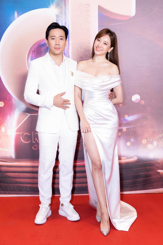 Hari Won mặc đầm trắng gợi cảm tột độ, hạnh phúc rạng ngời bên Trấn Thành Ảnh 1