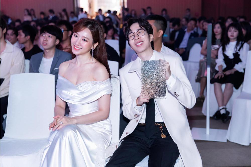 Hari Won mặc đầm trắng gợi cảm tột độ, hạnh phúc rạng ngời bên Trấn Thành Ảnh 3