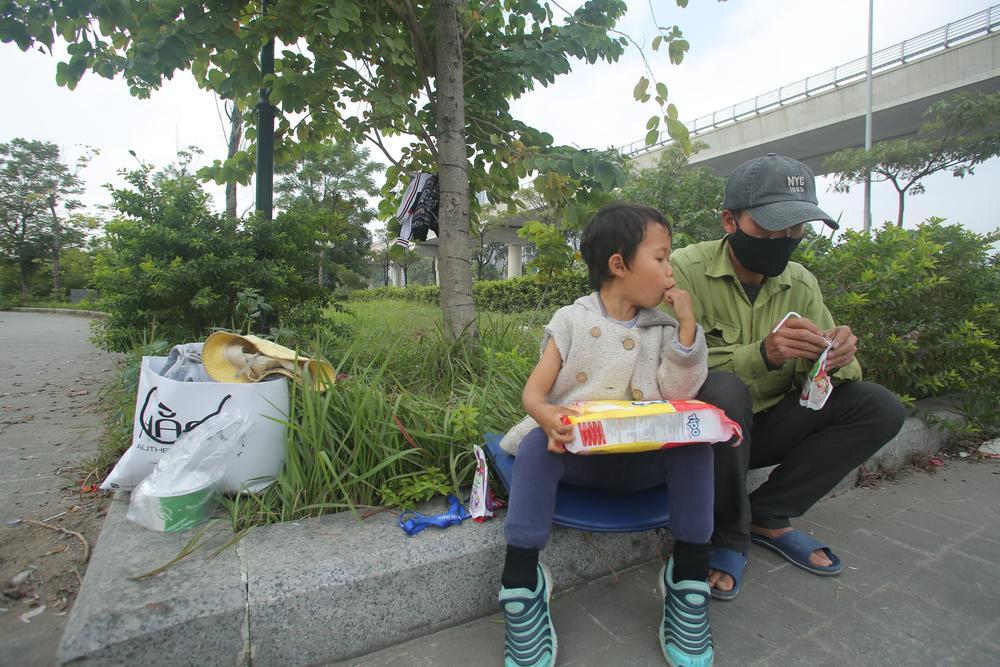 Gia cảnh bần hàn của người cha đưa con gái nhỏ 4 tuổi gãy tay mưu sinh trên vỉa hè Hà Nội Ảnh 11