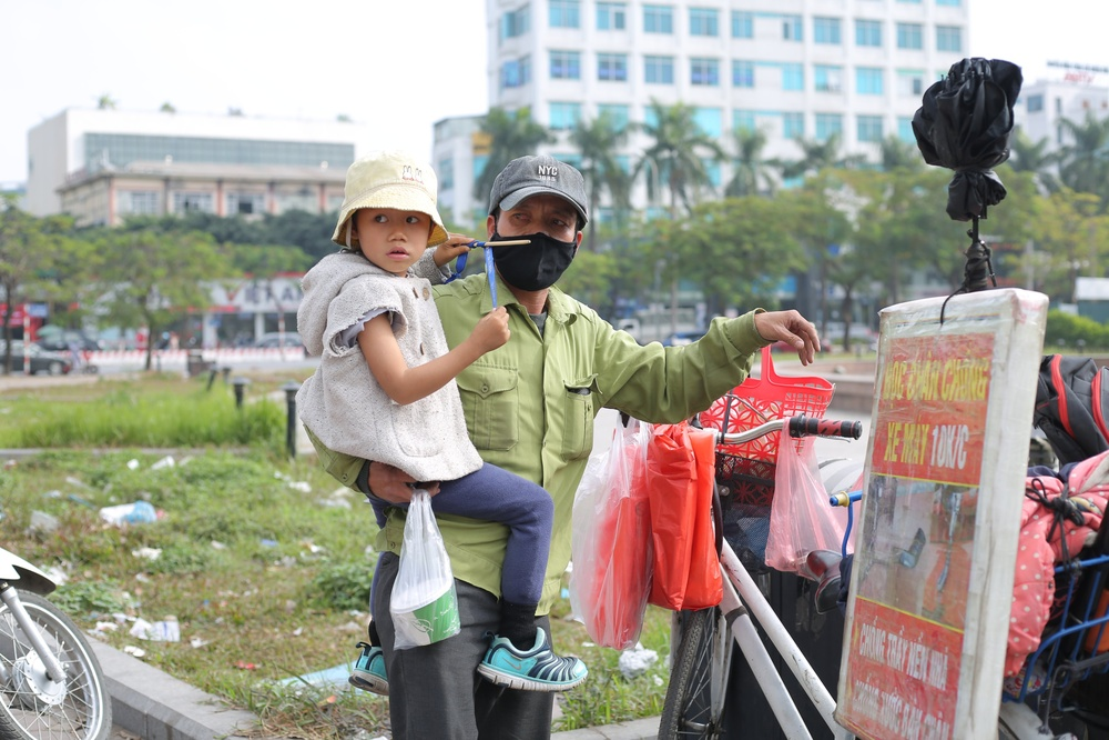 Gia cảnh bần hàn của người cha đưa con gái nhỏ 4 tuổi gãy tay mưu sinh trên vỉa hè Hà Nội Ảnh 6