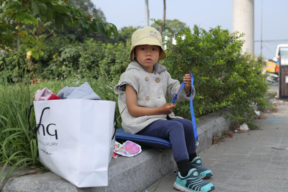 Gia cảnh bần hàn của người cha đưa con gái nhỏ 4 tuổi gãy tay mưu sinh trên vỉa hè Hà Nội Ảnh 8
