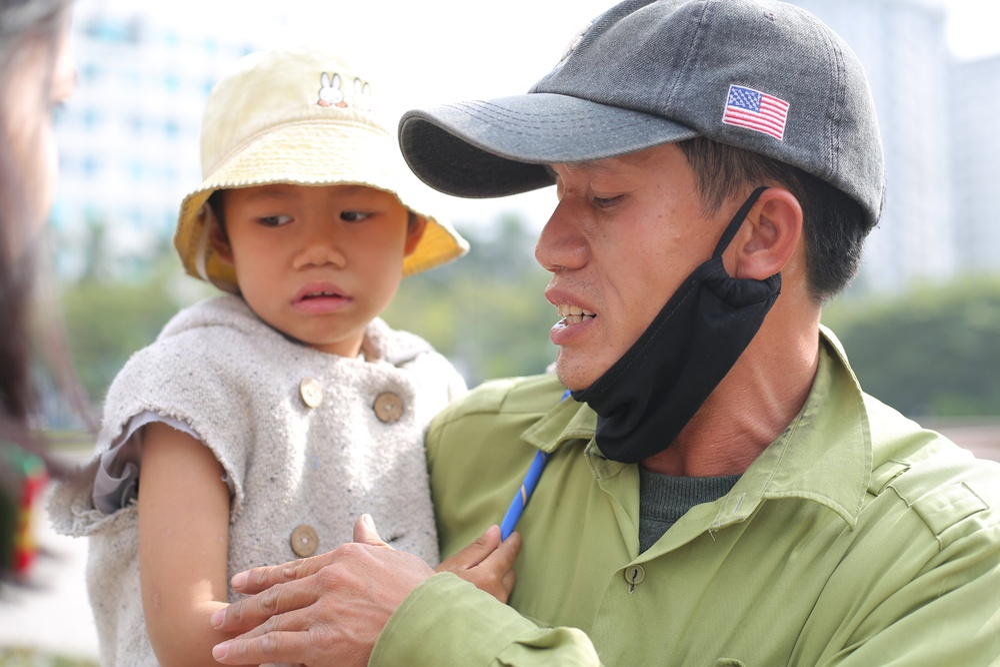 Gia cảnh bần hàn của người cha đưa con gái nhỏ 4 tuổi gãy tay mưu sinh trên vỉa hè Hà Nội Ảnh 7