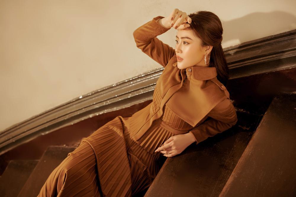Lý Kim Thảo hóa quý cô mùa đông với tông màu trầm cổ điển đầy thanh lịch Ảnh 8