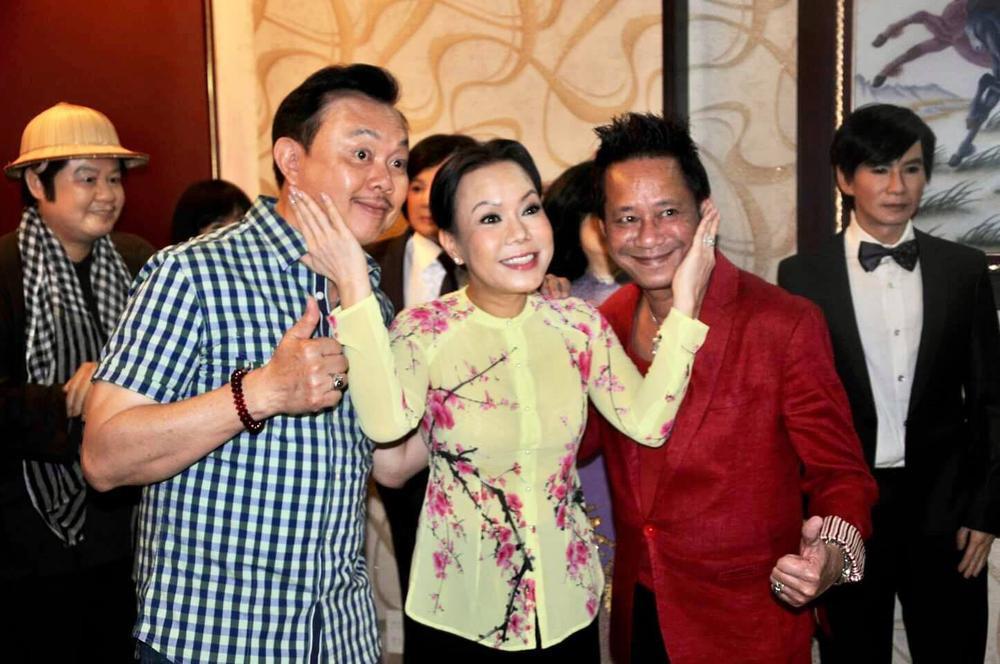 Việt Hương khóc nấc khi nhắc đến cố nghệ sĩ Chí Tài trên sân khấu: 'Anh ra đi nhưng nụ cười còn mãi' Ảnh 6