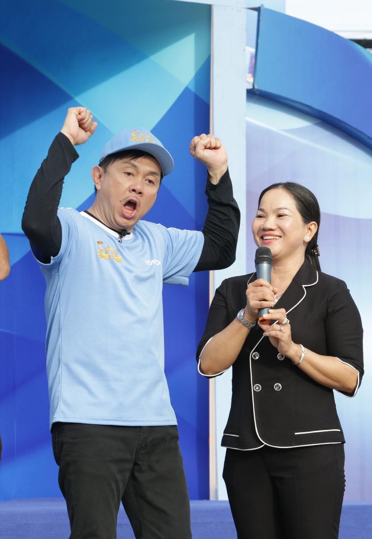 Việt Hương khóc nấc khi nhắc đến cố nghệ sĩ Chí Tài trên sân khấu: 'Anh ra đi nhưng nụ cười còn mãi' Ảnh 3