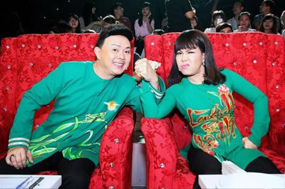 Việt Hương khóc nấc khi nhắc đến cố nghệ sĩ Chí Tài trên sân khấu: 'Anh ra đi nhưng nụ cười còn mãi' Ảnh 2