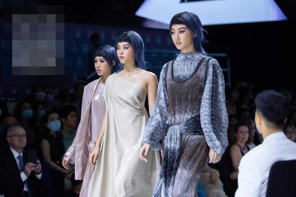 Hoa hậu Đỗ Thị Hà catwalk: khi bị 'át vía', lúc thần thái hơn người Ảnh 4