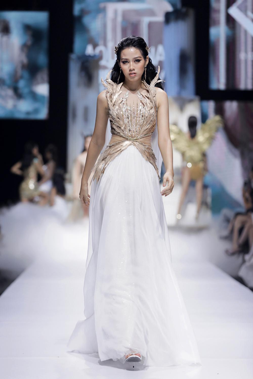 Hoa hậu Đỗ Thị Hà catwalk: khi bị 'át vía', lúc thần thái hơn người Ảnh 6