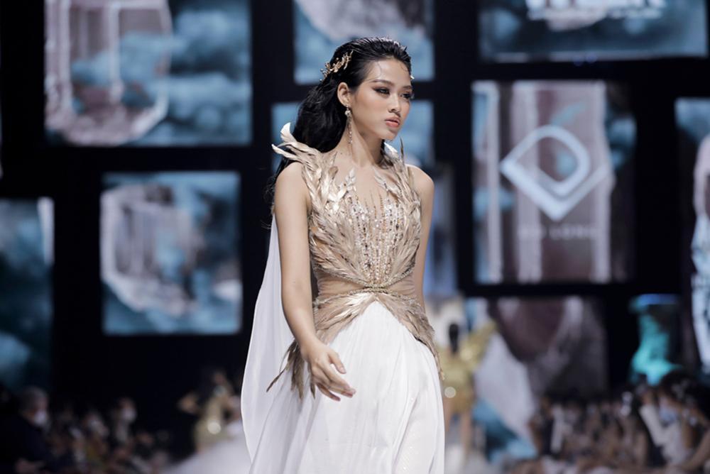 Hoa hậu Đỗ Thị Hà catwalk: khi bị 'át vía', lúc thần thái hơn người Ảnh 7