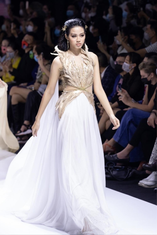 Hoa hậu Đỗ Thị Hà catwalk: khi bị 'át vía', lúc thần thái hơn người Ảnh 8