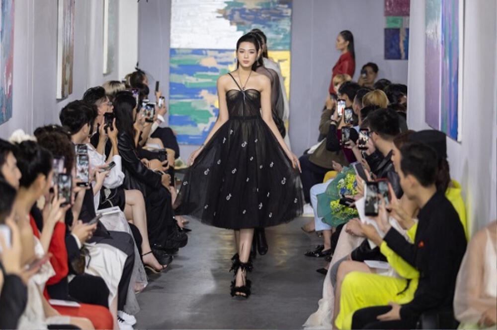 Hoa hậu Đỗ Thị Hà catwalk: khi bị 'át vía', lúc thần thái hơn người Ảnh 11