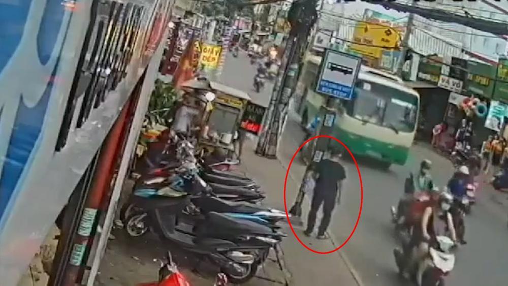 Clip: Đang đứng bên vỉa hè, nam thanh niên bất ngờ lao đầu vào gầm xe buýt tử vong Ảnh 1