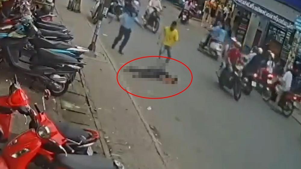 Clip: Đang đứng bên vỉa hè, nam thanh niên bất ngờ lao đầu vào gầm xe buýt tử vong Ảnh 3