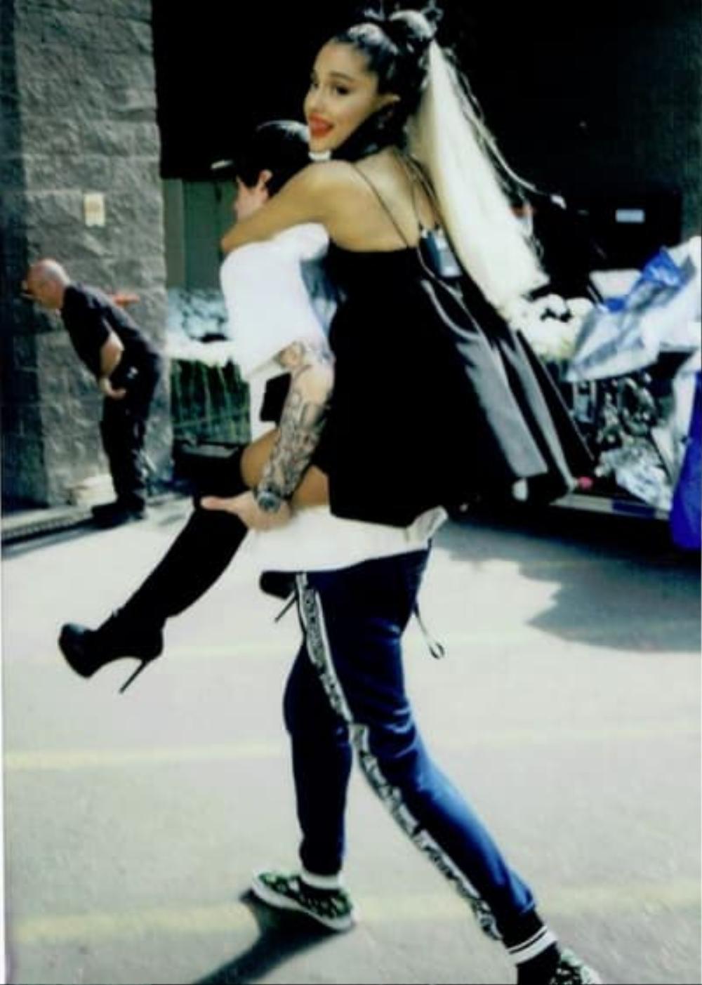 Ariana Grande đính hôn với Dalton Gomez: Pete Davidson cảm thấy bị tổn thương? Ảnh 12