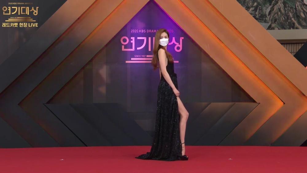 Thảm đỏ 'KBS Drama Awards 2020': Nana diện đầm cắt xẻ táo bạo chiếm trọn 'spotlight' Ảnh 2