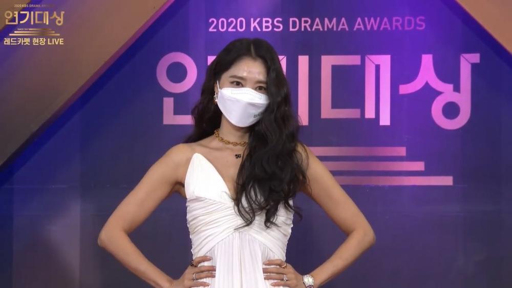 Thảm đỏ 'KBS Drama Awards 2020': Nana diện đầm cắt xẻ táo bạo chiếm trọn 'spotlight' Ảnh 7