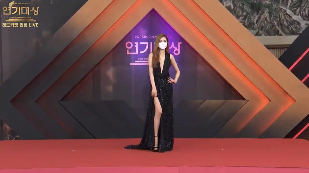 Thảm đỏ 'KBS Drama Awards 2020': Nana diện đầm cắt xẻ táo bạo chiếm trọn 'spotlight' Ảnh 3