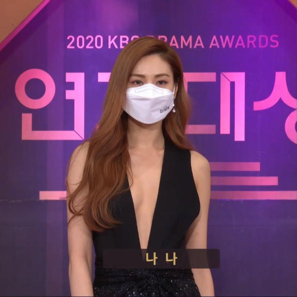 Thảm đỏ 'KBS Drama Awards 2020': Nana diện đầm cắt xẻ táo bạo chiếm trọn 'spotlight' Ảnh 4