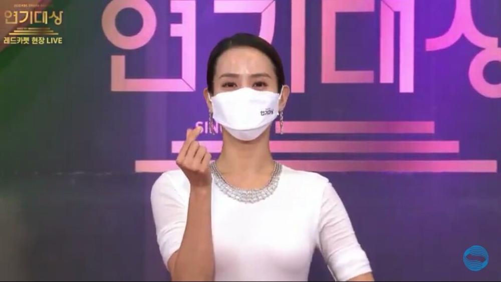 Thảm đỏ 'KBS Drama Awards 2020': Nana diện đầm cắt xẻ táo bạo, khoe chân dài miên man Ảnh 11