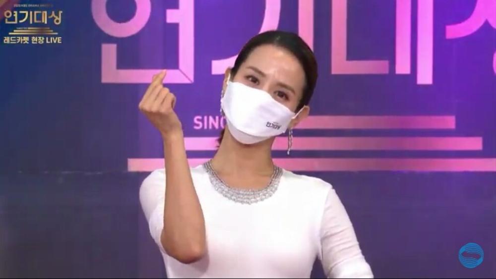 Thảm đỏ 'KBS Drama Awards 2020': Nana diện đầm cắt xẻ táo bạo, khoe chân dài miên man Ảnh 10