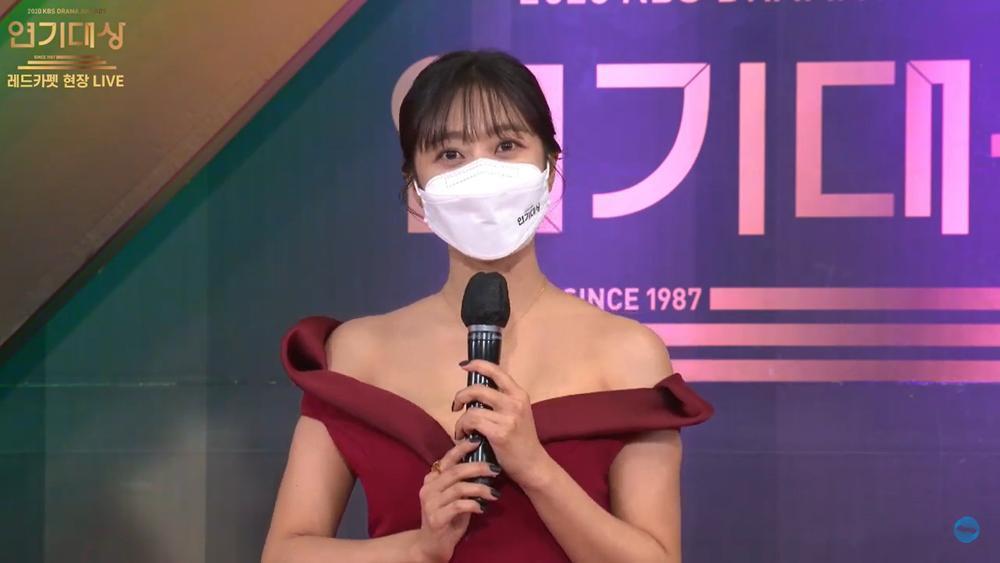 Thảm đỏ 'KBS Drama Awards 2020': Nana diện đầm cắt xẻ táo bạo, khoe chân dài miên man Ảnh 8