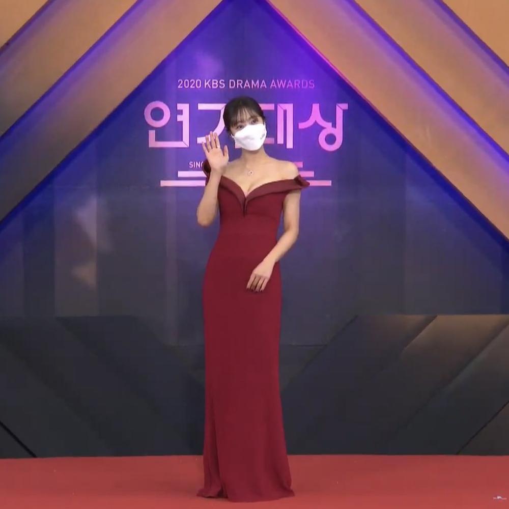 Thảm đỏ 'KBS Drama Awards 2020': Nana diện đầm cắt xẻ táo bạo, khoe chân dài miên man Ảnh 9