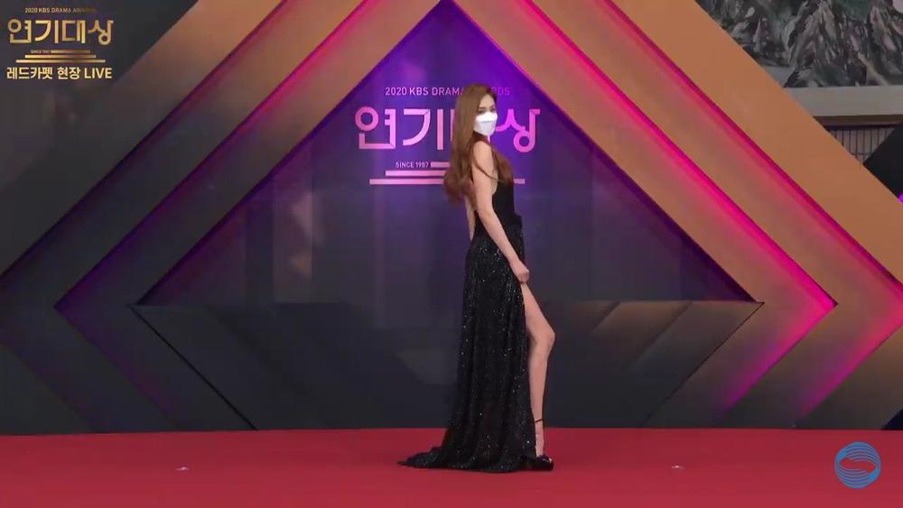 Thảm đỏ 'KBS Drama Awards 2020': Nana diện đầm cắt xẻ táo bạo, khoe chân dài miên man Ảnh 13