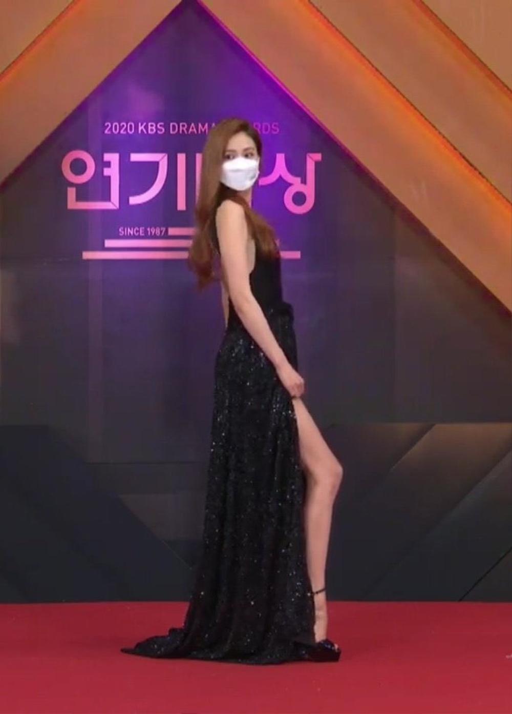 Thảm đỏ 'KBS Drama Awards 2020': Nana diện đầm cắt xẻ táo bạo, khoe chân dài miên man Ảnh 12