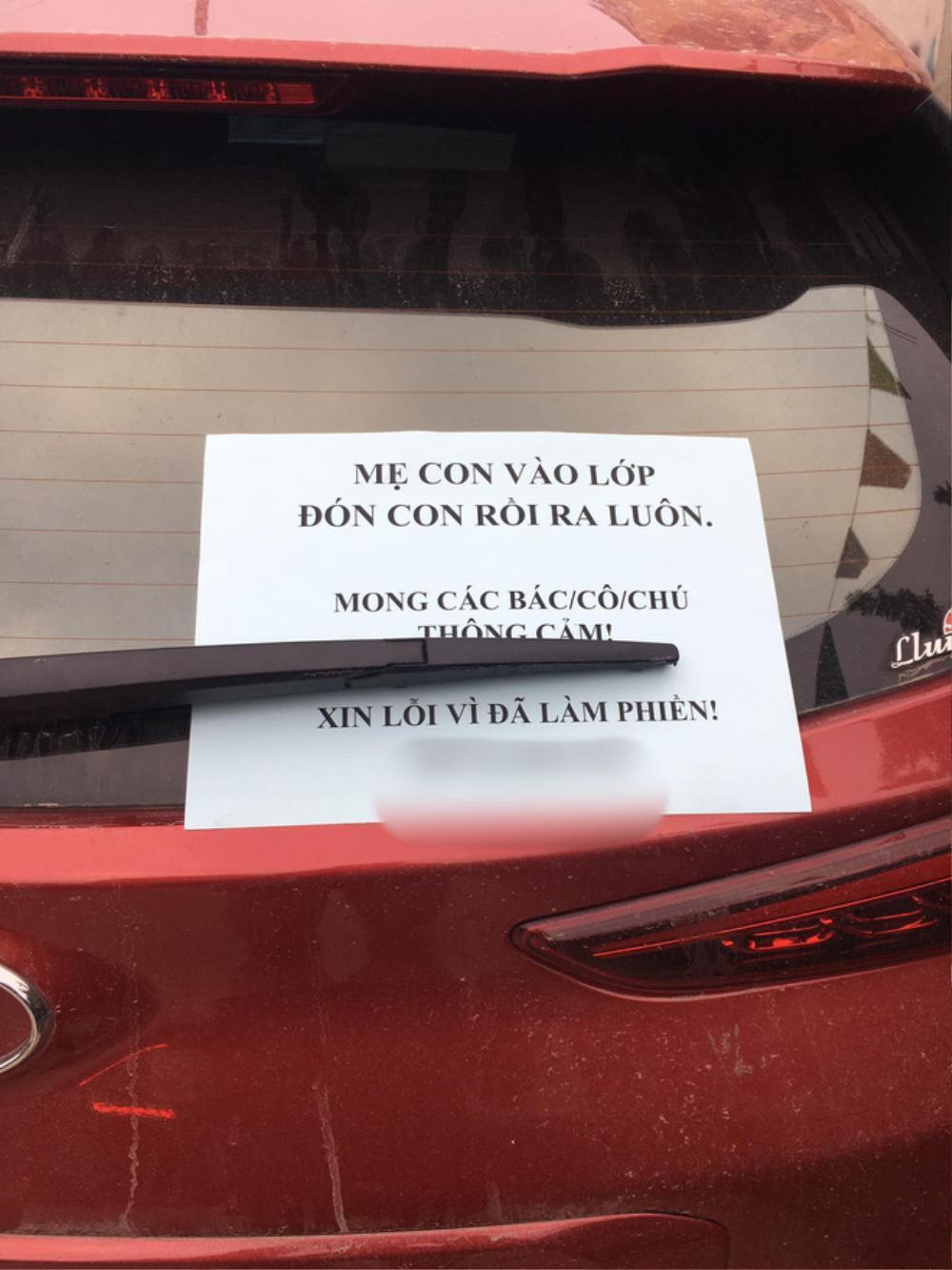 Đậu ô tô bên lề đường rồi vào trường đón con, người phụ nữ nhận được lời khen với tờ giấy để lại trên xe Ảnh 2