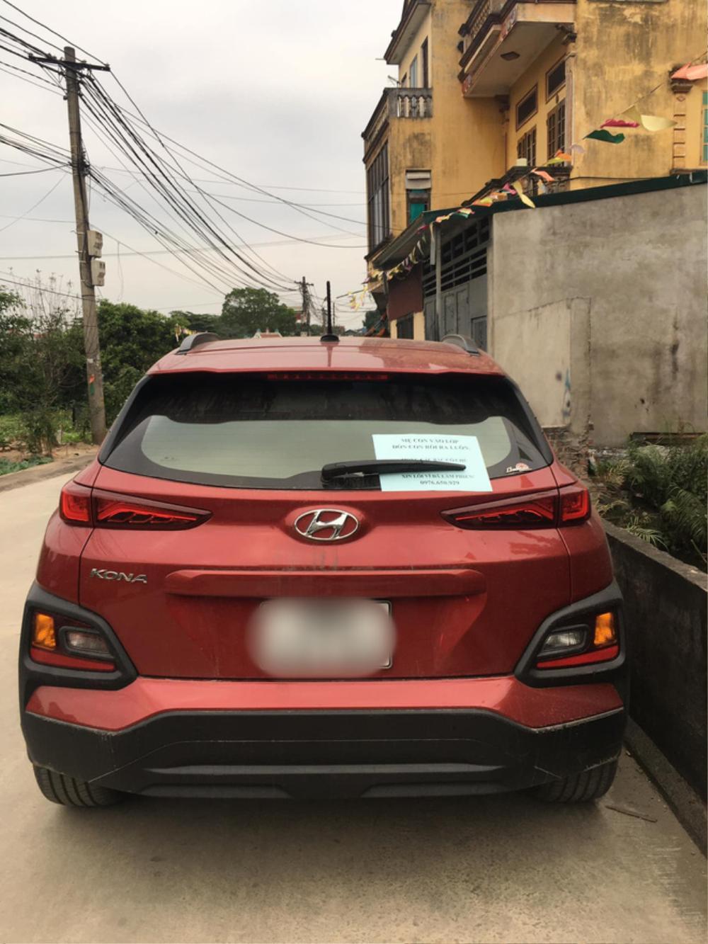 Đậu ô tô bên lề đường rồi vào trường đón con, người phụ nữ nhận được lời khen với tờ giấy để lại trên xe Ảnh 1