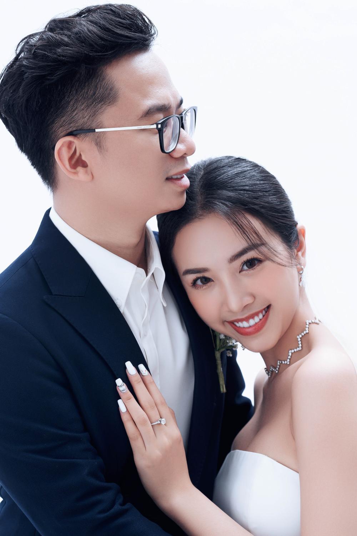 Á hậu Thúy An đẹp rạng ngời trong bộ ảnh cưới, e ấp hạnh phúc bên chồng tiến sĩ Ảnh 2