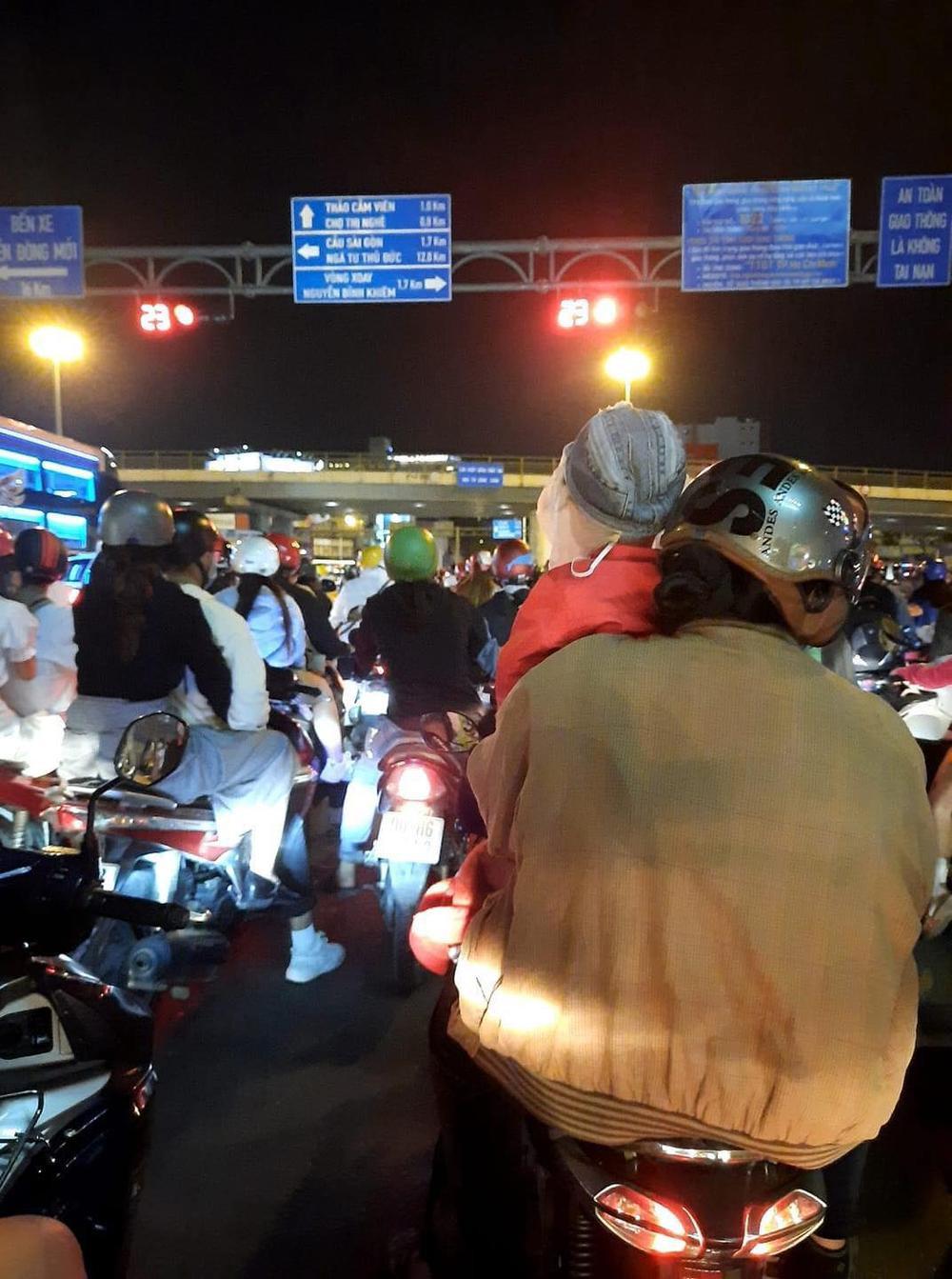 Người Sài Gòn háo hức ngóng chờ pháo bông tạm biệt năm cũ, đón mừng năm mới 2021 Ảnh 4