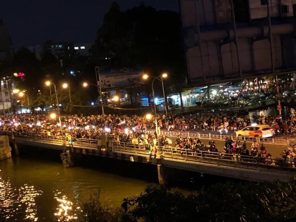 Người Sài Gòn háo hức ngóng chờ pháo bông tạm biệt năm cũ, đón mừng năm mới 2021 Ảnh 12