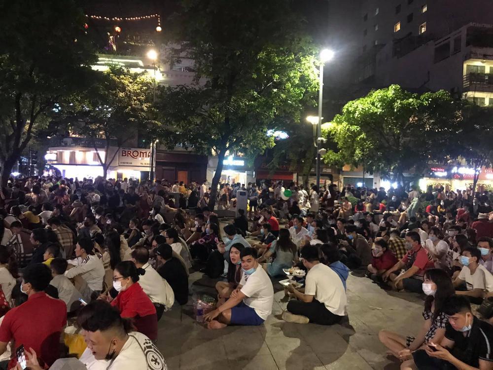 Người Sài Gòn háo hức ngóng chờ pháo bông tạm biệt năm cũ, đón mừng năm mới 2021 Ảnh 11