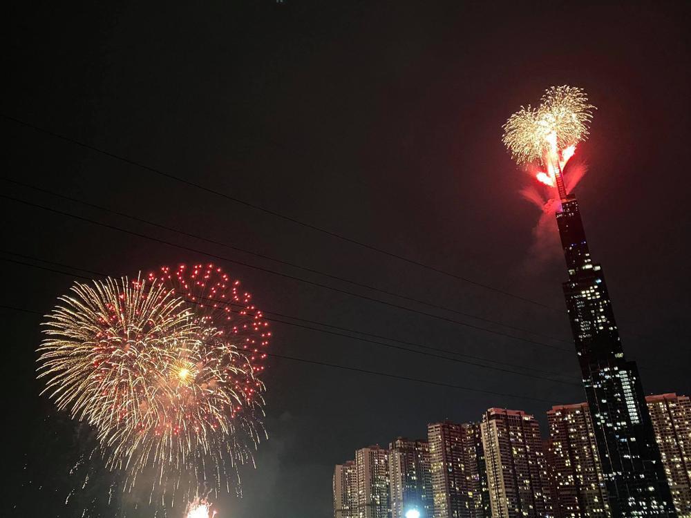 Người Sài Gòn háo hức ngóng chờ pháo bông tạm biệt năm cũ, đón mừng năm mới 2021 Ảnh 15