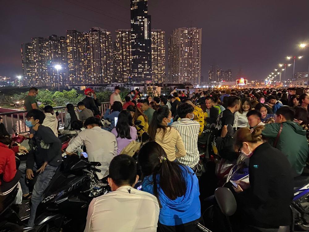 Người Sài Gòn háo hức ngóng chờ pháo bông tạm biệt năm cũ, đón mừng năm mới 2021 Ảnh 6