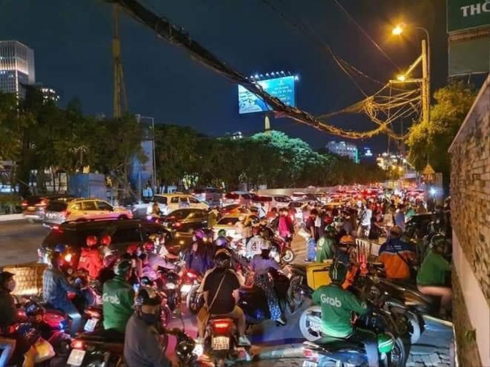 Người Sài Gòn háo hức ngóng chờ pháo bông tạm biệt năm cũ, đón mừng năm mới 2021 Ảnh 2
