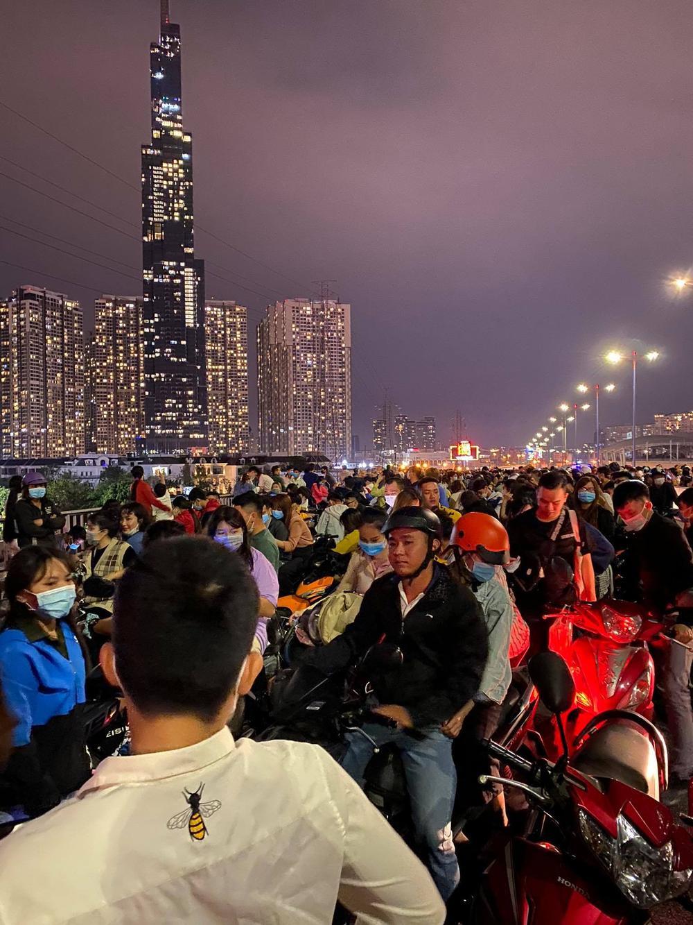 Người Sài Gòn háo hức ngóng chờ pháo bông tạm biệt năm cũ, đón mừng năm mới 2021 Ảnh 7