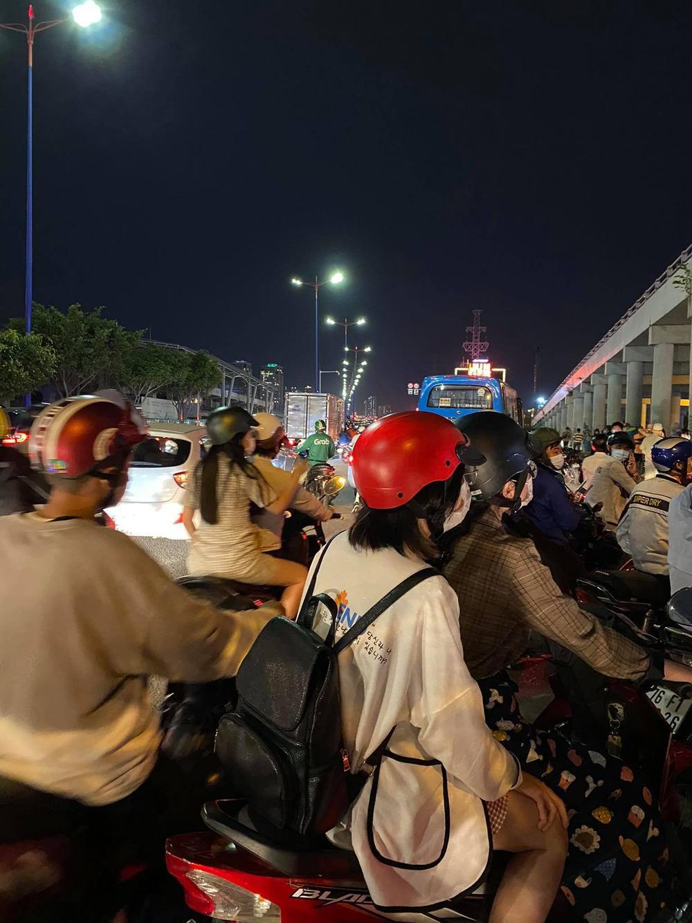 Người Sài Gòn háo hức ngóng chờ pháo bông tạm biệt năm cũ, đón mừng năm mới 2021 Ảnh 1