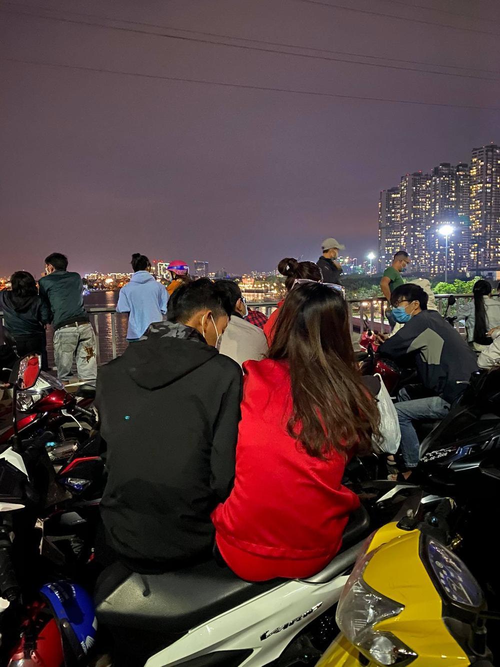 Người Sài Gòn háo hức ngóng chờ pháo bông tạm biệt năm cũ, đón mừng năm mới 2021 Ảnh 13