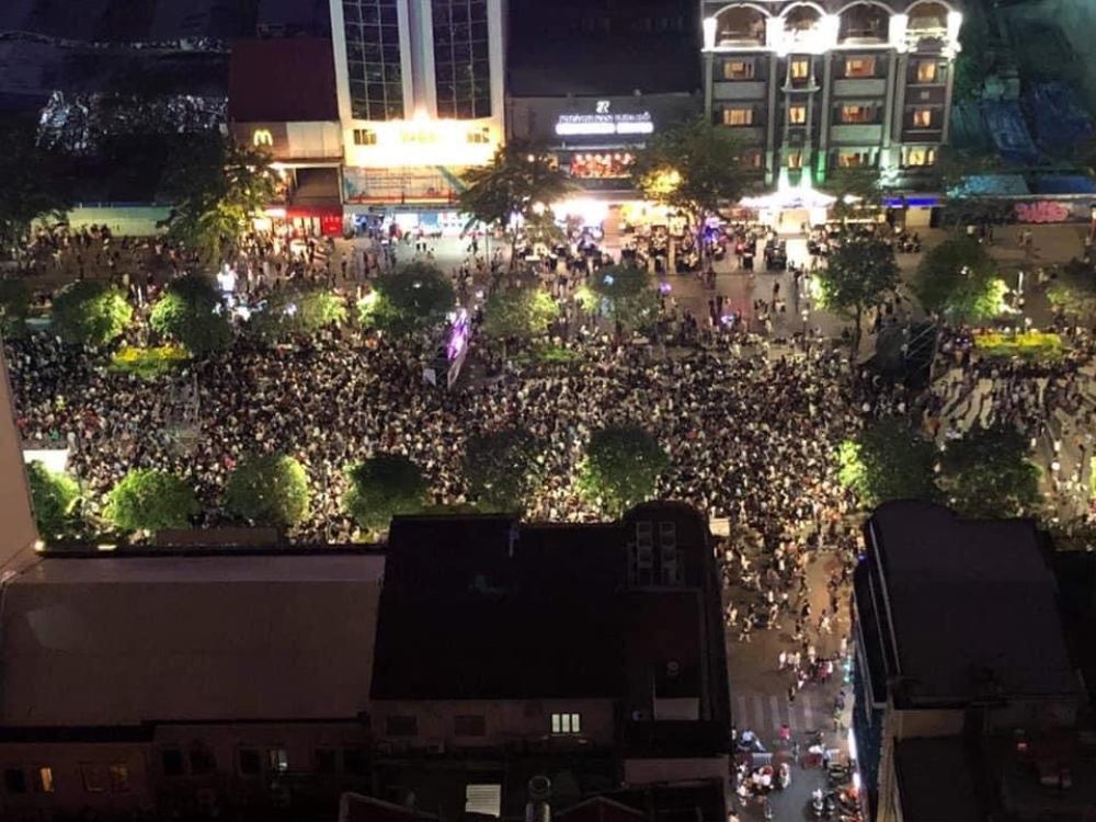 Người Sài Gòn háo hức ngóng chờ pháo bông tạm biệt năm cũ, đón mừng năm mới 2021 Ảnh 10