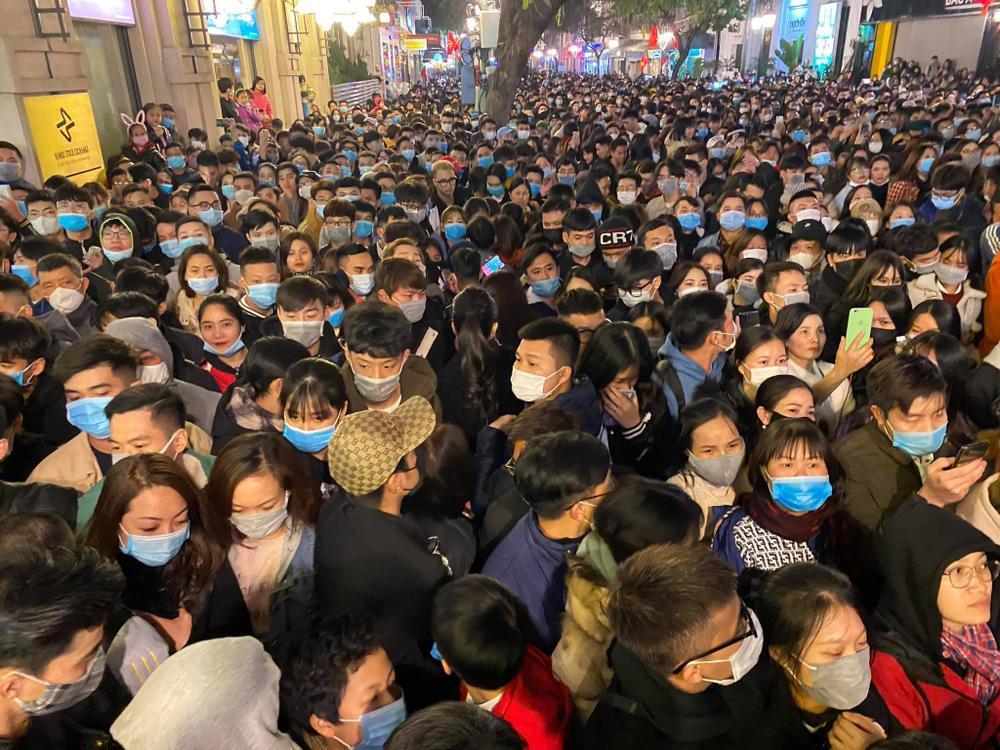 Cảnh sát căng mình chặn đám đông xô đẩy trong tiệc âm nhạc Countdown chào năm mới 2021 Ảnh 9