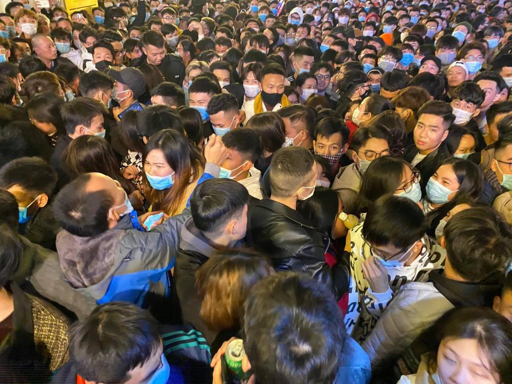Cảnh sát căng mình chặn đám đông xô đẩy trong tiệc âm nhạc Countdown chào năm mới 2021 Ảnh 13